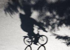 Sombra del paseo de la bicicleta del parque de la ciudad Foto de archivo libre de regalías