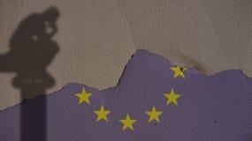 Sombra del pensador en la bandera y Grey Concrete Wall de Europa Fotografía de archivo libre de regalías