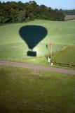 Sombra do balão de ar quente no campo. Imagens de Stock Royalty Free