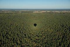 Sombra do balão na terra imagens de stock royalty free