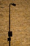 Sombra do borne da lâmpada na parede de tijolo Fotografia de Stock