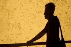 Sombra do homem com saco Imagens de Stock