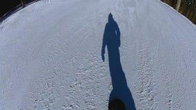 Sombra do homem que aprecia o passeio do snowboard na inclinação nevado, férias nas montanhas vídeos de arquivo