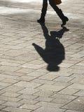 Sombra do passeio do homem Imagens de Stock