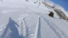 Sombra do snowboarder que apressa-se abaixo da trilha na inclinação de montanha nevado, esporte extremo vídeos de arquivo