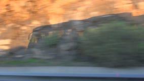 Sombra echada por el autobús que viaja