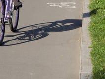 Sombra en el carril de bicicleta Imagen de archivo