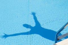 Sombra humana en la piscina Foto de archivo