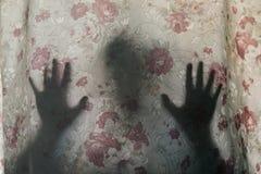 Sombra humana misteriosa atrás de uma cortina imagem de stock royalty free