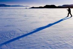 Sombra larga del esquiador a campo través Foto de archivo libre de regalías