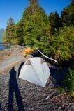 Sombra larga del photogragher en la playa al lado de 2 tiendas foto de archivo libre de regalías