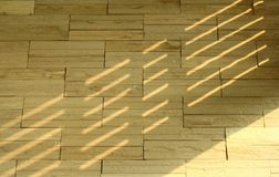 Sombra ligera en la pared de ladrillo Fotos de archivo libres de regalías