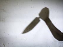 Sombra masculina de la mano con el cuchillo de cocina, Imágenes de archivo libres de regalías
