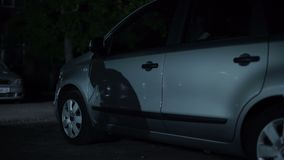 Sombra masculina del bandido que camina en el estacionamiento de la noche, sistema antisecuestros, crimen urbano almacen de video