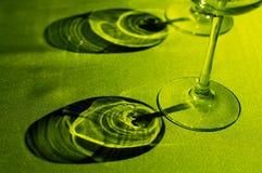 Sombra moldada pelo vidro de vinho em g Imagem de Stock Royalty Free