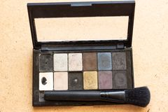 A sombra multicolorido da paleta para compõe como a amostra de produto cosmético na pálete preta Pálete cosmética Paleta cosmétic fotografia de stock royalty free