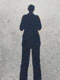 Sombra preta de uma posição do homem fotografia de stock royalty free