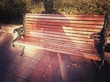 Sombra sobre a cadeira de madeira velha imagens de stock