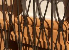 Sombra vieja de la puerta del metal en la pared anaranjada del yeso Foto de archivo libre de regalías