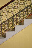Sombra y escaleras viejas con el pasamano Foto de archivo libre de regalías