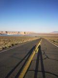 Sombras alargadas de dos personas en el camino Foto de archivo