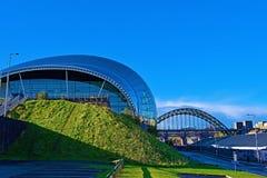 Sombras através dos 2 prudentes, Gateshead, em uma manhã gloriosa do outono fotos de stock royalty free