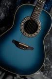 Sombras azules del cuerpo de la guitarra acústica Imagen de archivo