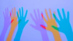 Sombras coloridas das mãos da mulher fotografia de stock