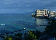 Sombras da construção refletidas na praia fotografia de stock royalty free