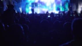 Sombras da multidão feliz que dançam à música no concerto, mãos de ondulação dos povos, lento-mo vídeos de arquivo