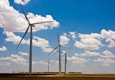 Sombras das nuvens e turbinas de vento imagens de stock