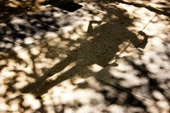 Sombras de Bluury de una persona en un oscilación Imagen de archivo