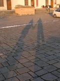 Sombras de dos personas que llevan a cabo la mano Fotografía de archivo libre de regalías