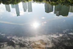 Sombras de la ciudad y de la nube en la piscina Fotos de archivo libres de regalías
