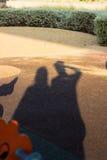 Sombras de la gente de los gemelos que lleva a cabo las manos en el jardín imágenes de archivo libres de regalías