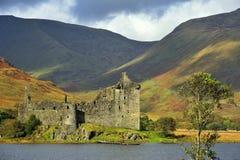 Sombras de la montaña, castillo de Kilchurn, Escocia Foto de archivo libre de regalías