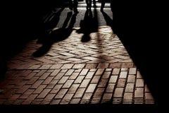 Sombras de la silueta, el caminar de la gente Fotografía de archivo