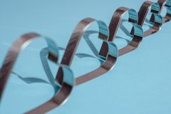 Sombras de las formas del metal bajo la forma de corazón en azul imagen de archivo