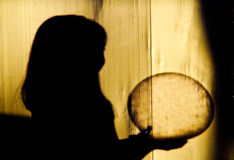 Sombras de los niños que sostienen una bola Fotos de archivo libres de regalías