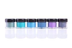 Sombras de ojos minerales en tarros del plástico transparente Fotos de archivo libres de regalías