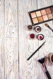 Sombras de ojos, pigmentos, brillo, cepillos y lápiz de ojos neutrales Foto de archivo libre de regalías