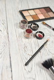 Sombras de ojos, pigmentos, brillo, cepillos y lápiz de ojos neutrales Imagen de archivo