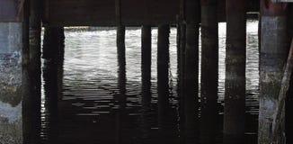 Sombras debajo del embarcadero Imagenes de archivo