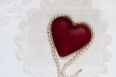 Sombras del blanco con el corazón rojo fotos de archivo