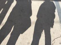 Sombras del tren que espera de dos personas para Imagen de archivo libre de regalías