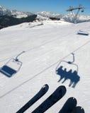 Sombras do elevador de cadeira na neve Fotografia de Stock Royalty Free