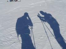 Sombras dos esquiadores na neve Foto de Stock