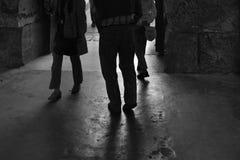 Sombras dos pés e silhuetas do passeio dos povos fotografia de stock