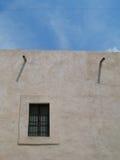 Sombras e céu sobre o pátio mexicano Imagens de Stock