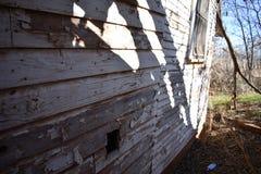 Sombras e pintura do branco de lasca na casa velha Fotografia de Stock Royalty Free